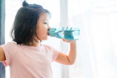 Une jeune fille qui boit de l'eau.
