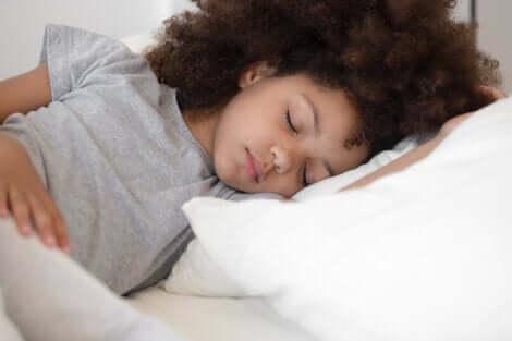 Une jeune fille qui dort.
