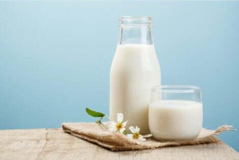 Du lait dans une bouteille en verre.
