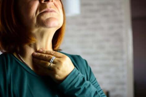 La laryngite chez une femme.