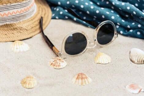Se protéger les yeux en été avec des lunettes de soleil.