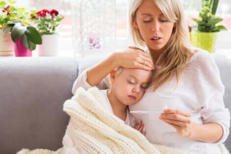 Une maman avec son enfant malade.