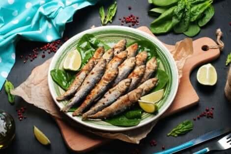 Une assiette de sardines cuites.