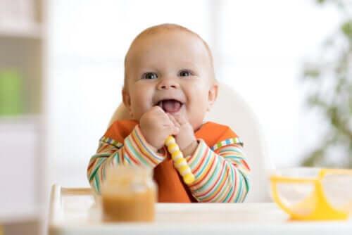 Sevrage du bébé : introduction des aliments solides