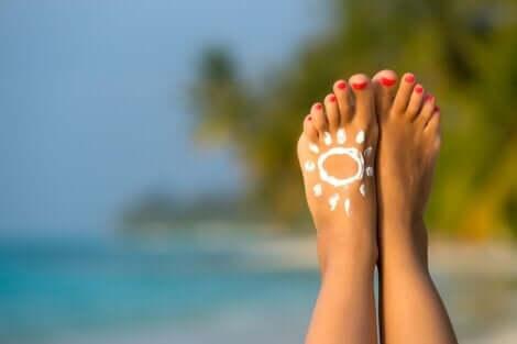 Il est important de prendre soin de ses pieds et de les protéger du soleil.
