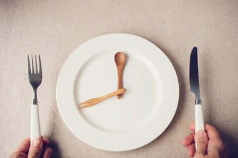 Assiette vide représentant une horloge.