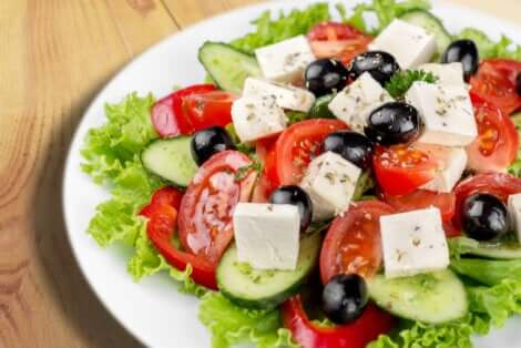Salade grecque avec du fromage feta.