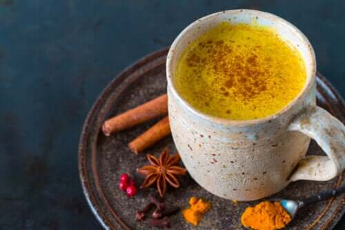 5 bénéfices du thé au curcuma et comment le préparer