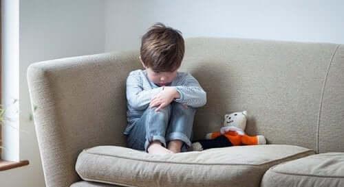 Un enfant triste dans un coin.