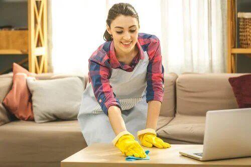 Une femme fait le ménage.
