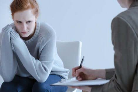 Une jeune femme en consultation.