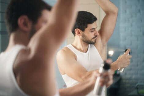 Un homme se mettant du déodorant.