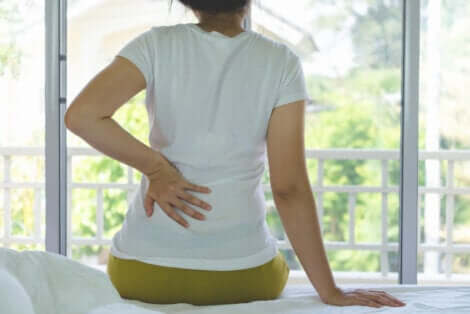 Une femme qui souffre de douleurs aux reins.
