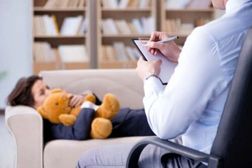 Un enfant suivant une psychothérapie.