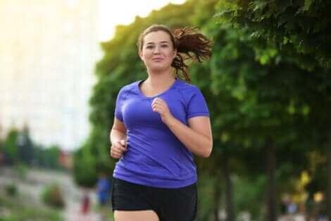 Une femme en surpoids qui court.