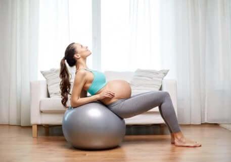 Une femme enceinte qui fait de l'exercice.