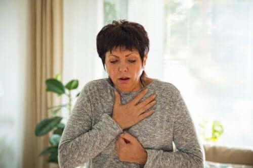 Une femme qui a du mal à respirer.