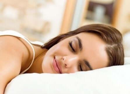 Une femme qui dort paisiblement.