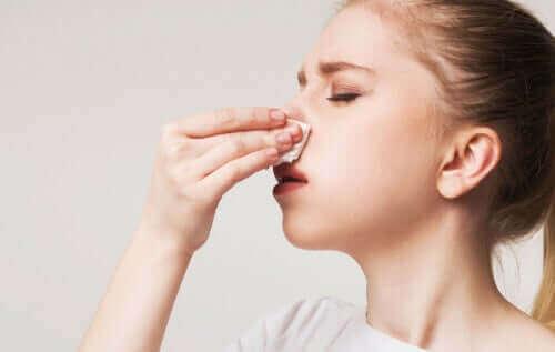 Une femme qui saigne du nez.