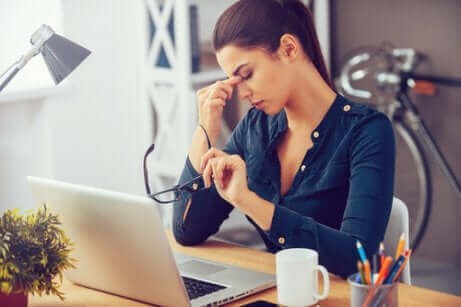 Une femme stressée devant son ordinateur.