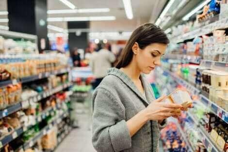 Une femme dans un supermarché.