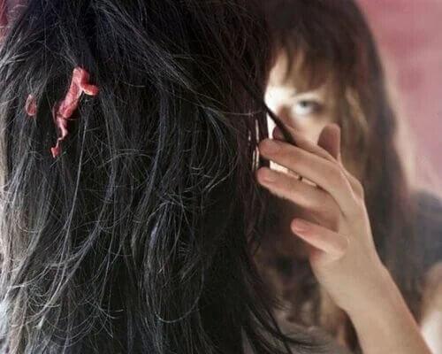 Avoir du chewing-gum coincé dans les cheveux peut être un vrai calvaire.