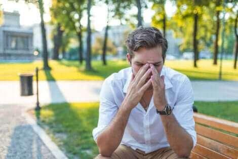 Un homme souffrant des symptômes de la rhinite.
