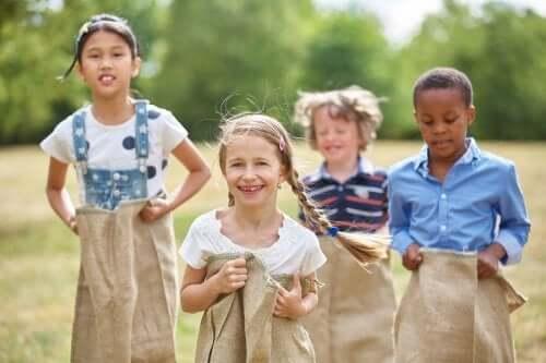 Des enfants qui jouent en plein air.