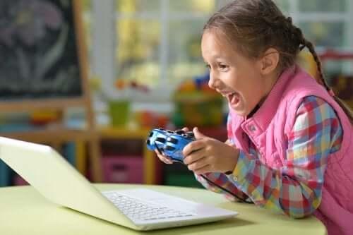 Une fillette qui joue à un jeu vidéo.