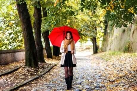 Une jeune femme sous un parapluie.