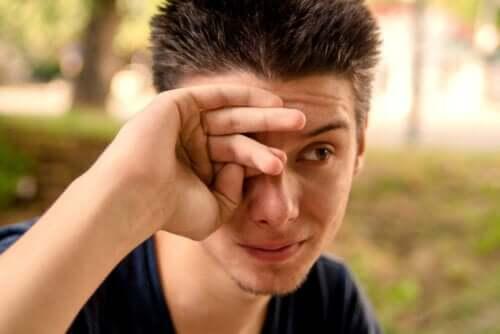 Quelles sont les causes des yeux larmoyants ?
