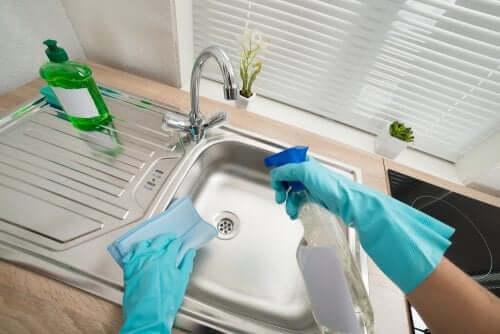 Nettoyer un évier en acier inoxydable.