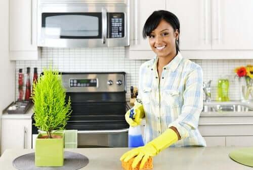 Une femme qui nettoie sa cuisine.