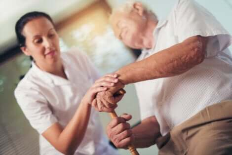 Un homme âgé avec une soignante.