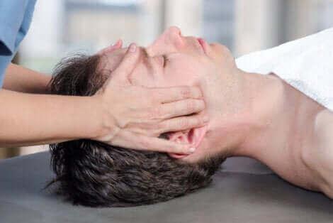 Un massage de la mâchoire.