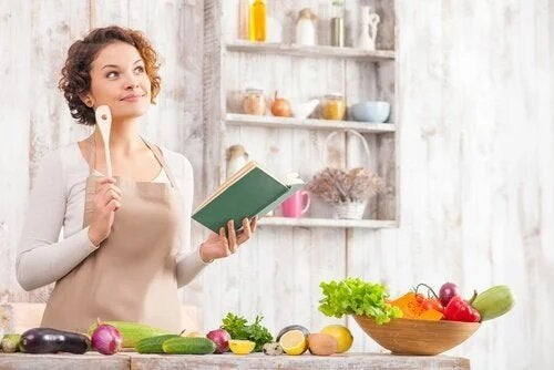 Une femme prépare son menu de la semaine.