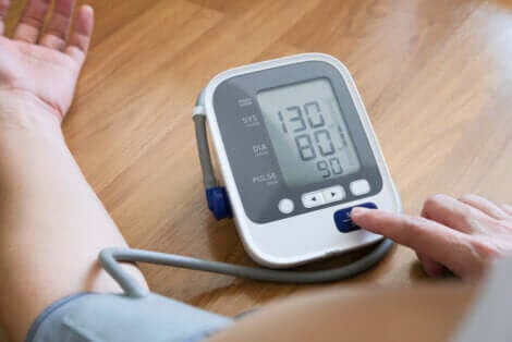 La mesure de la pression artérielle.