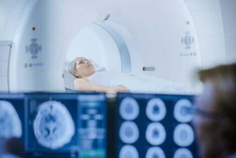 La radiothérapie d'une femme.