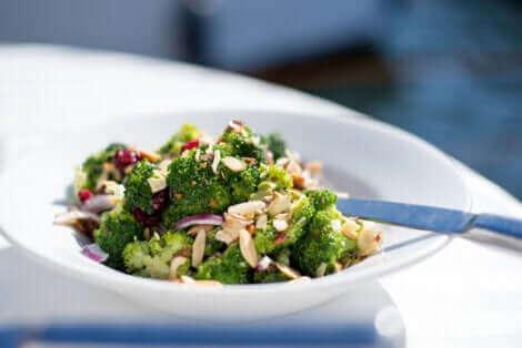 Une salade de brocoli.