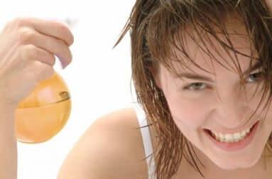 Une jeune femme avec les cheveux mouillés.