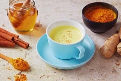 Infusion de poivre et de miel pour combattre la toux