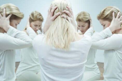 Une femme souffrant d'hallucinations.