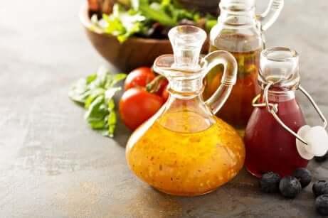 Différentes vinaigrettes en bouteille.