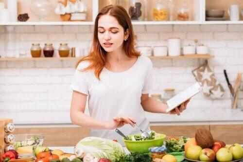 Une femme en train de cuisiner.