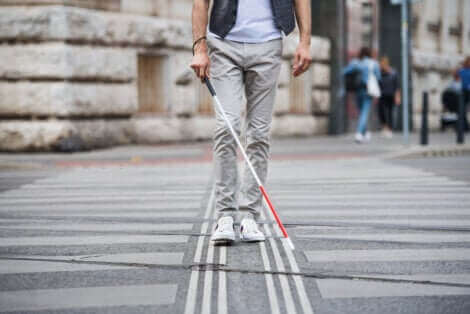 Une personne aveugle avec sa canne.