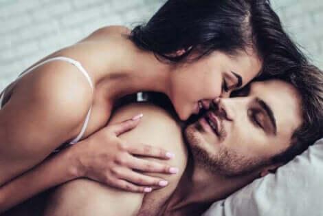 Un baiser d'un couple.