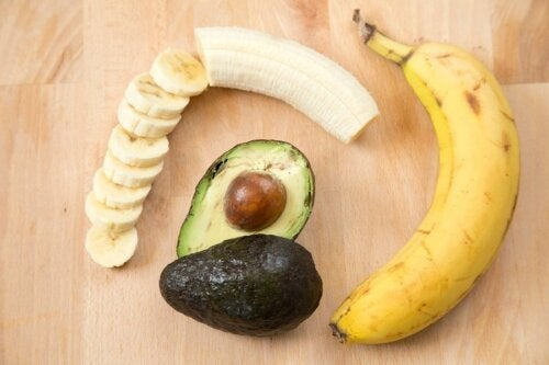 Bananes et avocat.