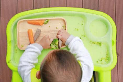 Un bébé en train de manger.