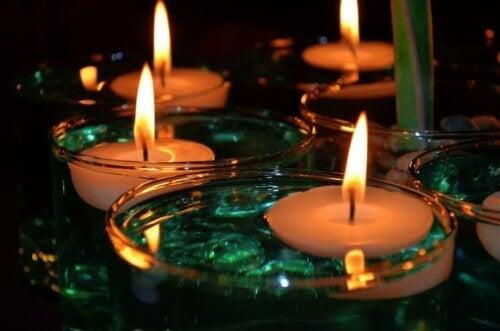 Des bougies flottantes.