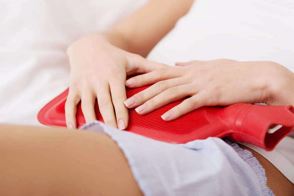 Soulager le syndrome prémenstruel avec une bouillote.